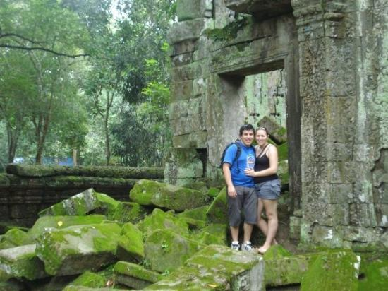 ปราสาทตาพรหม: Me and Wifey at Ta Prohm the Jungle Temple.
