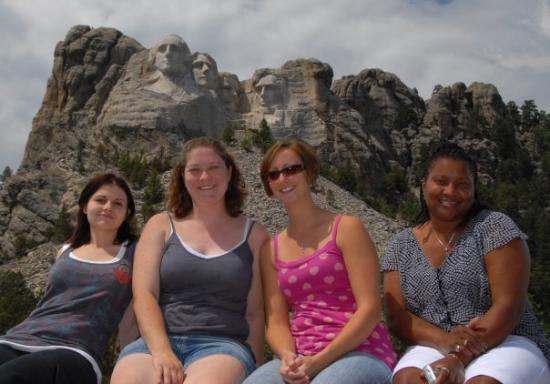 เดดวูด, เซาท์ดาโคตา: The girls at mount rushmore.. Holla!