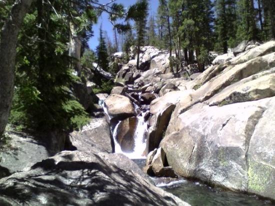 แมมมอทเลก, แคลิฟอร์เนีย: Minaret Falls Just outside the northwestern boundaries of the Devils Postpile National Monument