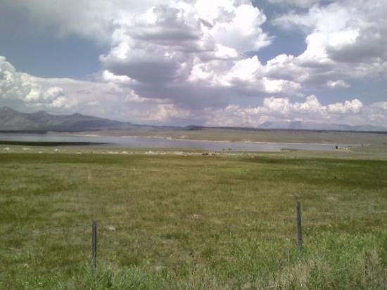 แมมมอทเลก, แคลิฟอร์เนีย: Cool Clouds called the Siarra Wave over Lake Crowley.