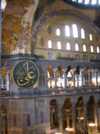 พิพิธภัณฑ์ฮาเจียโซเฟีย: Here you can see the Muslim Calligraphy  in Haghia Sophia