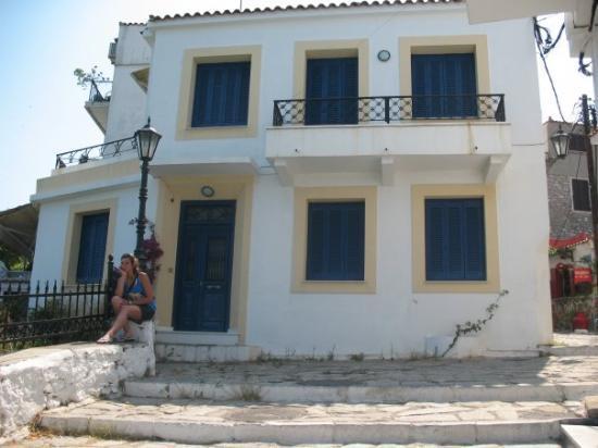Skiathos Town, กรีซ: mm white houses...blue windows... ;]