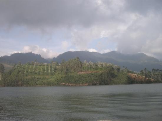 มุนนาร์, อินเดีย: Mattupetty Lake and Dam - home to amatuer level water sports but with heavenly scenic beauty