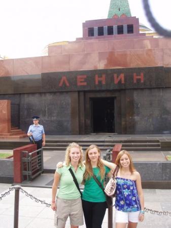 มอสโก, รัสเซีย: eccoci quiiii, sbalordite di aver visto un cadavereeeee