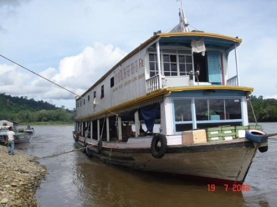 Pontianak, อินโดนีเซีย: This boat is called water bus. It took our group from Long Bagun down to Samarida. Enjor your lo