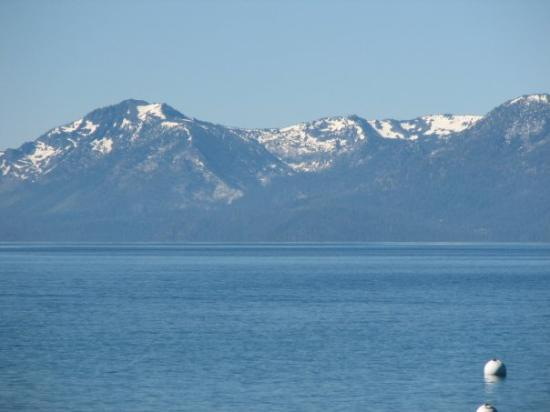 Lake Tahoe (California), แคลิฟอร์เนีย: Snow covered mountains at back of Lake Tahoe CA