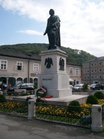 Mozartplatz: Mozartdenkmal in Salzburg