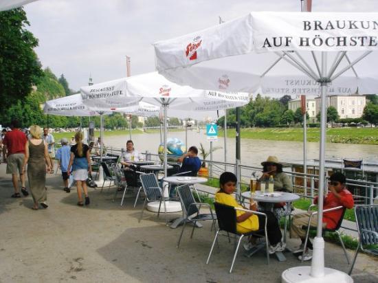 ซาลซ์บูร์ก, ออสเตรีย: Salzburg cafe by the river. 2006