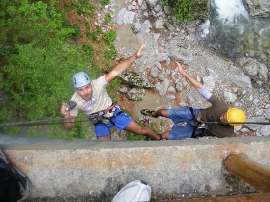 บูคาเรสต์, โรมาเนีย: due amici in cadura con corda da un ponte di 6m0 metri