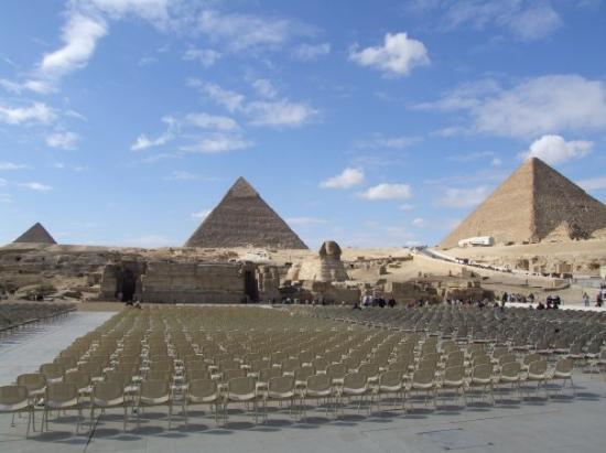 กิซ่า, อียิปต์: the setup for the light show