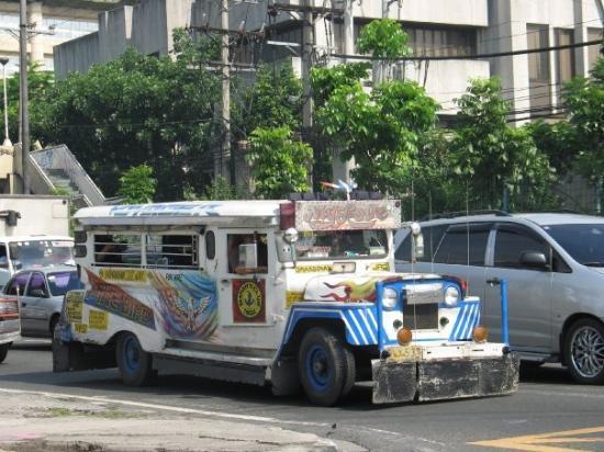 มะนิลา, ฟิลิปปินส์: Jeepney.  When the Americans left the Philippines after the war they left all their jeeps.