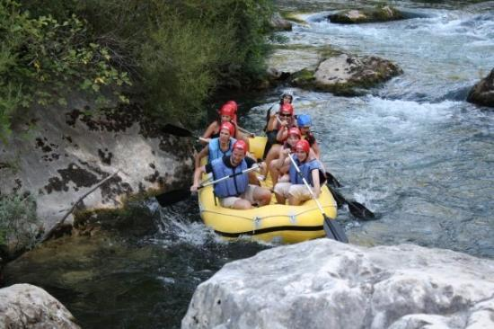 Makarska, โครเอเชีย: Croatia  rafting on the river of Cetina