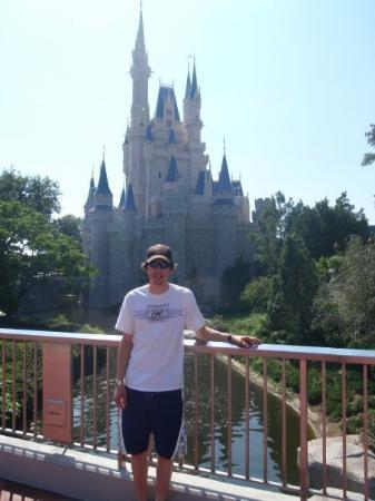 เมจิก คิงดอม: Daniel in front of Cinderella's castle