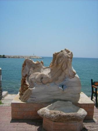 Marmorstatue im Hafen von Limenaria