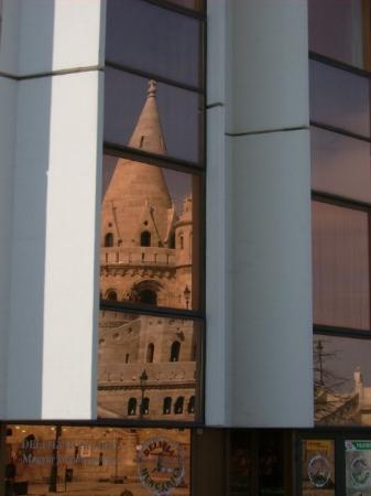 ป้อมชาวประมง: Die Fischerbastei spiegelt sich an der Fassade vom Hilton