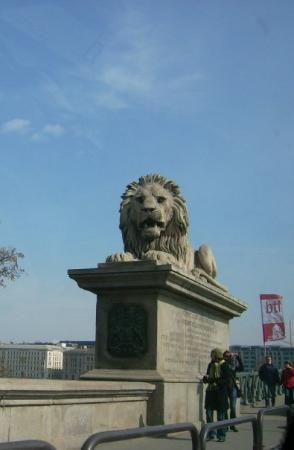 สะพานโซ่: Löwendenkmäler an der Kettenbrücke