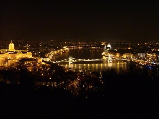 Danube River: Budapest bei Nacht