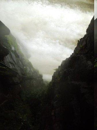 Canaima National Park, เวเนซุเอลา: Weg hinter dem Wasserfall