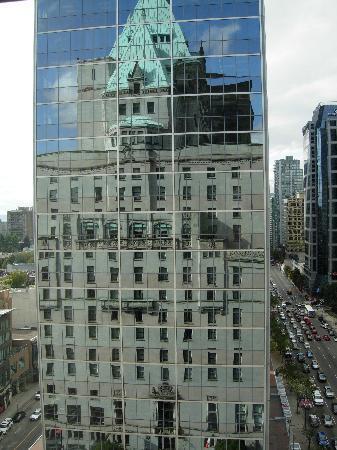 โรงแรม เดอะ แฟร์มอนท์ แวนคูเวอร์: Fairmont Hotel Vancouver as reflected in the building next door, shot from our room