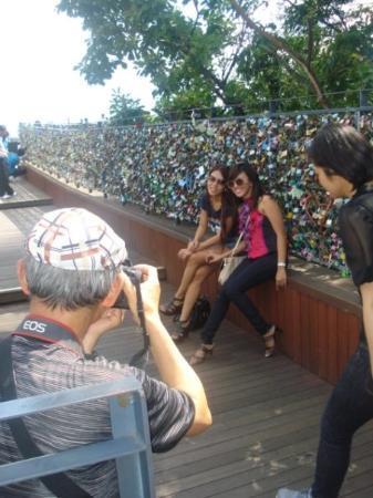 หอคอยโซล: strike a pose!!! haha! some random photographer took a pic of us...we were just so glad to pose!