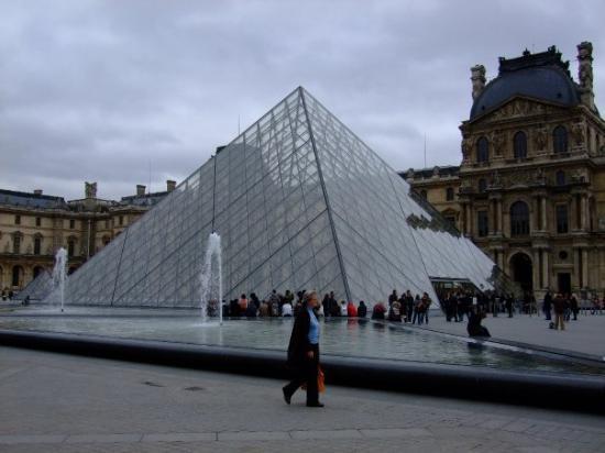 พิพิธภัณฑ์ลูฟวร์: Paris - La celeberrima piramide vitrea del Louvre