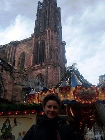 สตราสบูร์ก, ฝรั่งเศส: La Cathedrale and a merry go round Strasbourg, France.