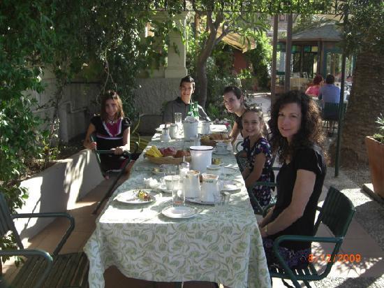 Hotel Villa Schuler: Breakfast on the patio