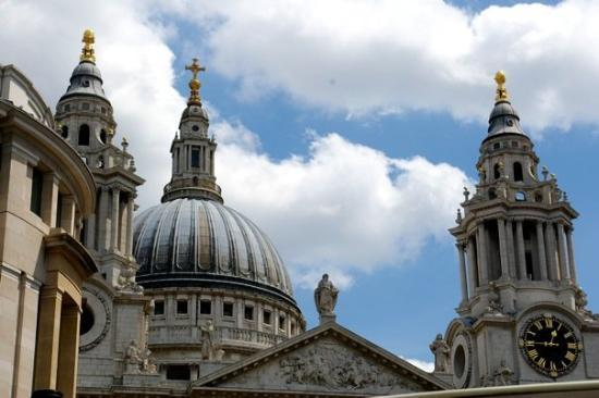 มหาวิหารเซนต์พอล: St. Paul's Cathedral. Designed by Sir Christopher Wren following the Great Fire in 1666