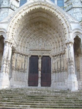 ชาตร์, ฝรั่งเศส: The steps and arch at the entryway.