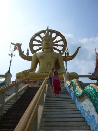 วัดพระใหญ่: Big Budha, en enorm gyllene staty vid havet