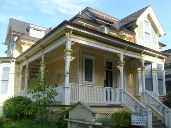 พอร์ตแลนด์, ออริกอน: This cheerfully perfect house was up for rent on a splendid corner of downtown Portland.  I told