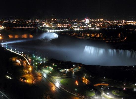 น้ำตกไนแอการา, แคนาดา: Niagara at night.