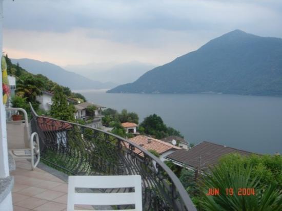 กานโนบิโอ, อิตาลี: Lago Maggiore, Cannobio, Italia....Swiss Alps in the background....now that's a front yard view!
