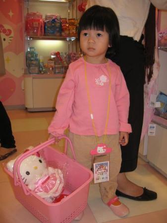ซานริโอ พุโรแลนด์: She's shopping and bought the toys.