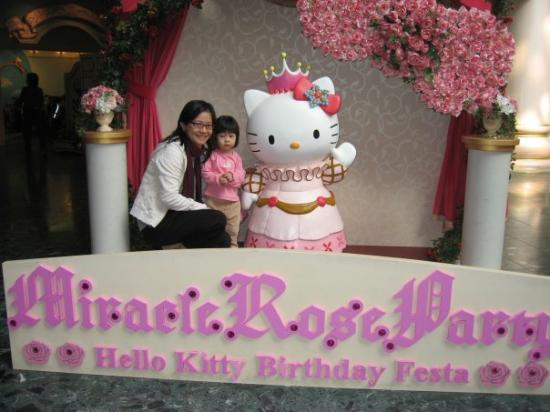 ซานริโอ พุโรแลนด์: Li Yi cried and caught up running with Hello Kitty mascot for a photo