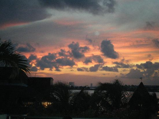 Panama Jack Resorts Cancun: sunset view from the grill