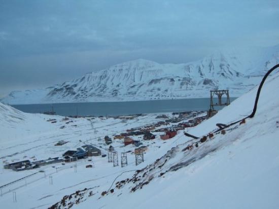 ลองเยียร์เบียน, นอร์เวย์: Longyearbyen from near the mine.