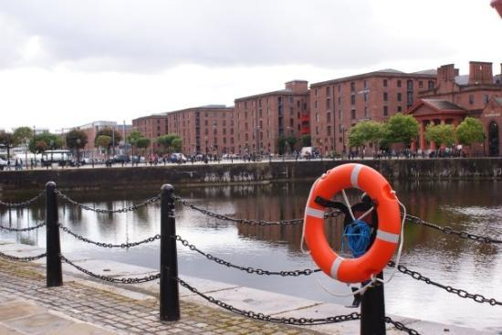 ลิเวอร์พูล, UK: The Albert Dock, Liverpool's biggest tourist attraction, was built in 1846, flourished for some