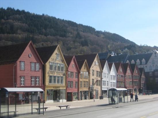บริกเกนฮันเซอาติควาร์ฟ: The 11 old houses at Bryggen.