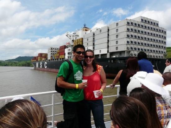 ปานามาซิตี, ปานามา: Sunny and me with a PanaMax ship behind us. The boat is so large that it needs to pay more to be