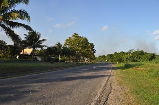 อัพไพร้ซ์ซิ่งบีชรีสอร์ท: Carretera hacia Arts Village