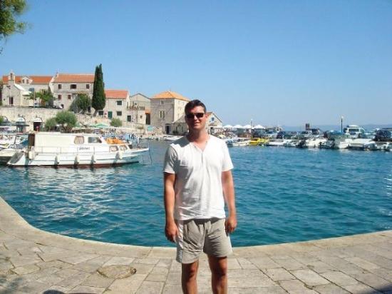 Lee in Bol harbour