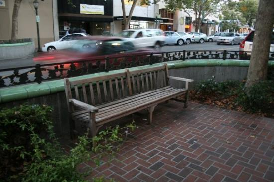 พาโลอัลโต, แคลิฟอร์เนีย: Palo Alto is remarkable for sitting places on the main street. Usually, bus stops are the only p