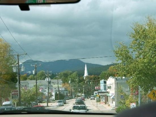 นอร์ทคอนเวย์, นิวแฮมป์เชียร์: Main Street looking North.  We lived right above the Movie Theater on the right in the picture.