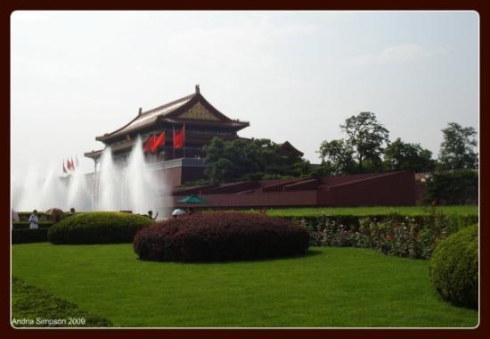 พิพิธภัณฑ์พระราชวัง: Greenery and fountains leading up to the entrance to the Forbidden City, Tian'anmen Square - Bei