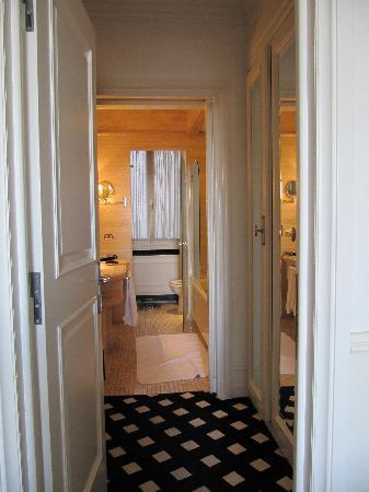 Hotel Hassler: Mediocre Suite Restroom