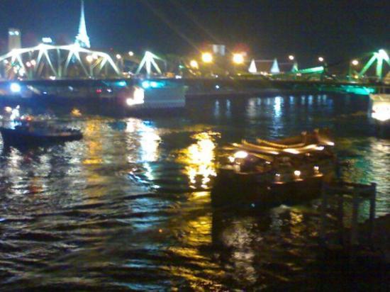 ตลาดนัดจตุจักร: near the nightmarket.... the bridge looked so beautiful, wish i had a better camera... :' (