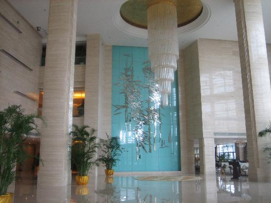 Grand Metropark Hotel: one view of the lobby - dining room entrance on the right