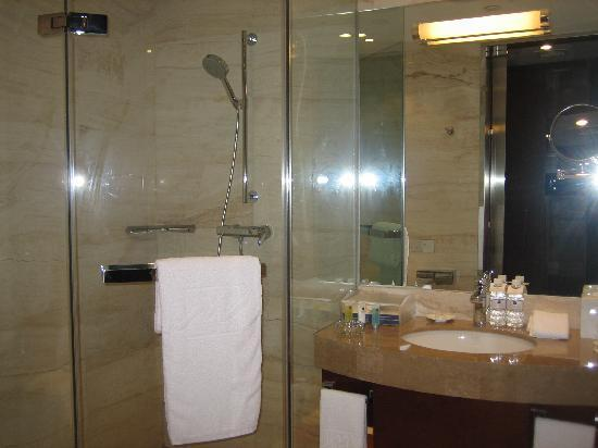 Grand Metropark Hotel: bathroom 1