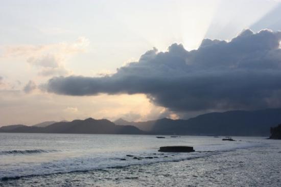 Candidasa, อินโดนีเซีย: Coucher de soleil sur l'océan indien à Candi Dasa